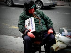 lo strillone coi giornali della sera